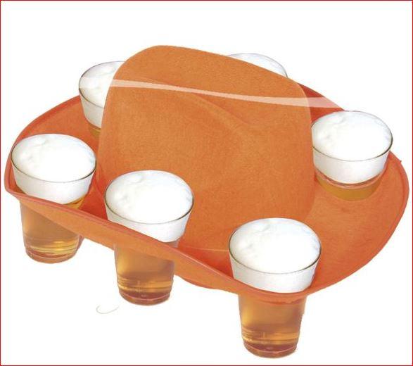 Oranje hoed voor biertjes te gebruiken als dienblad