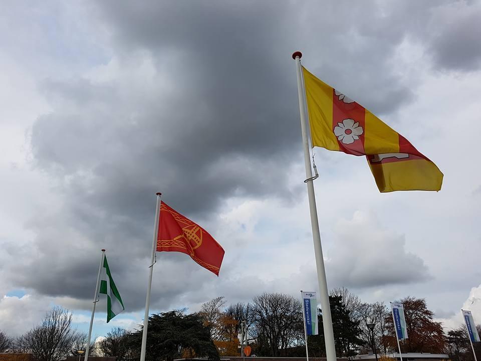 sinterklaasvlag-buiten-naast-officiele-vlaggen-150x225