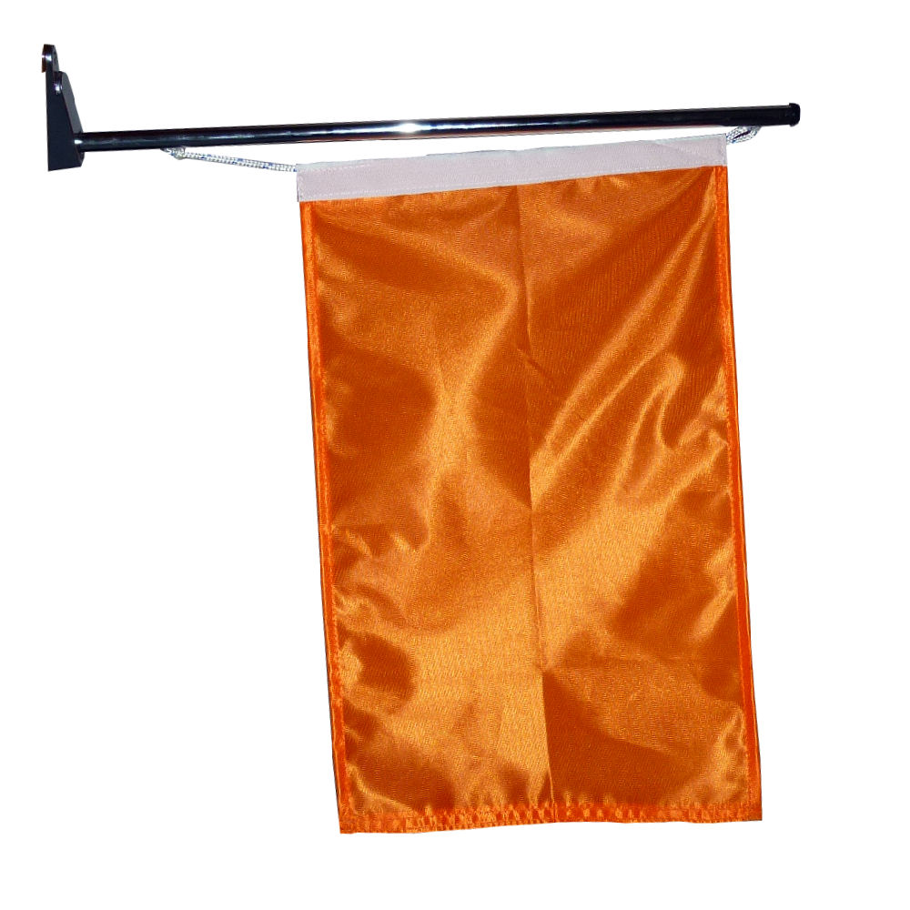 Oranje fanvlag aan vlaggenstok muur