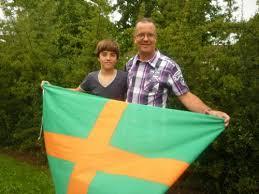 Mensen trots op onze officiële Vierdaagse vlag