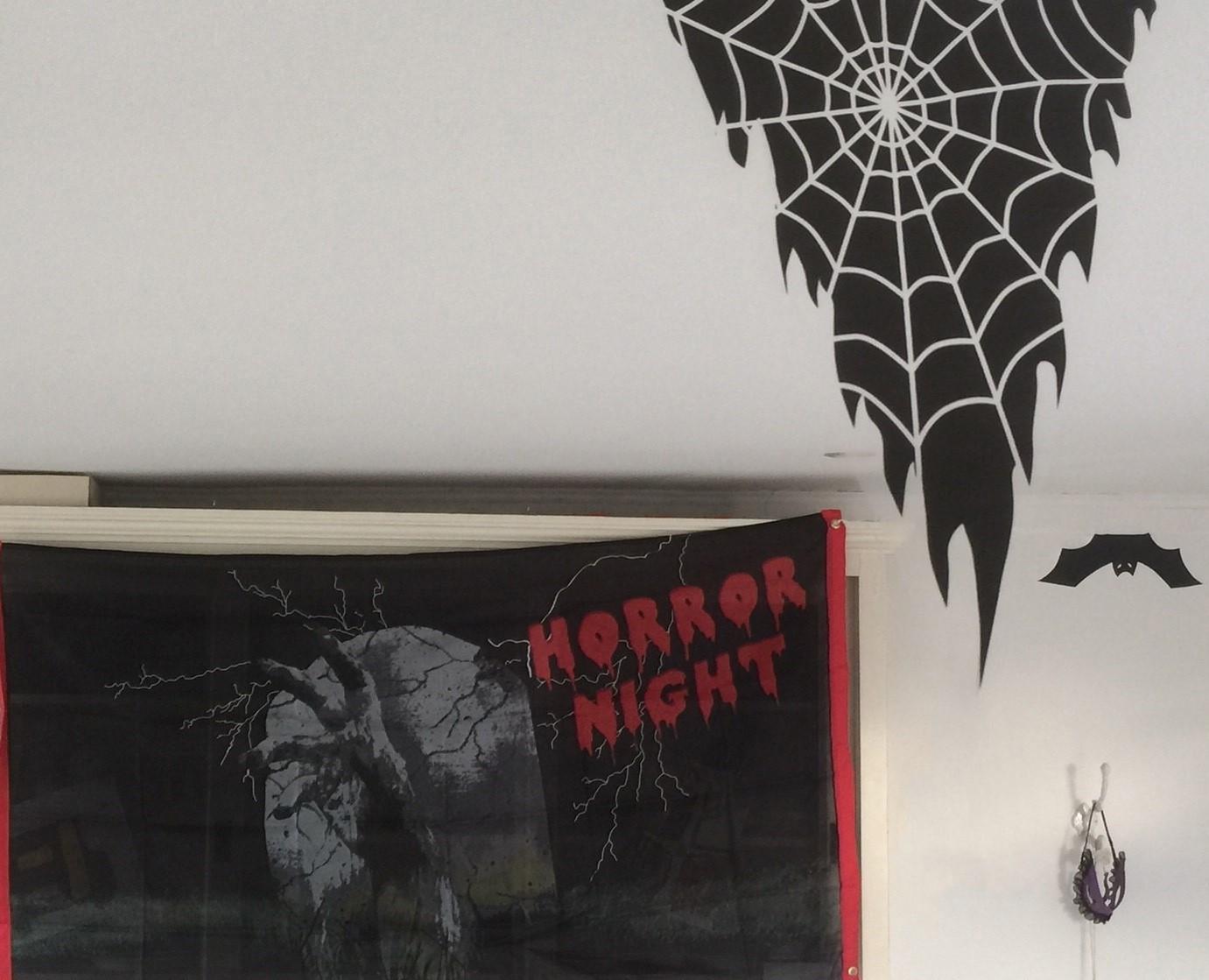 Horror Night banner binnen opgehangen tip